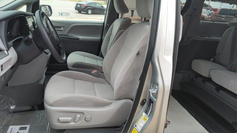 2020 Toyota Sienna LE full